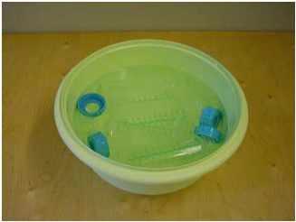 Nettoyage biberon dans bassine