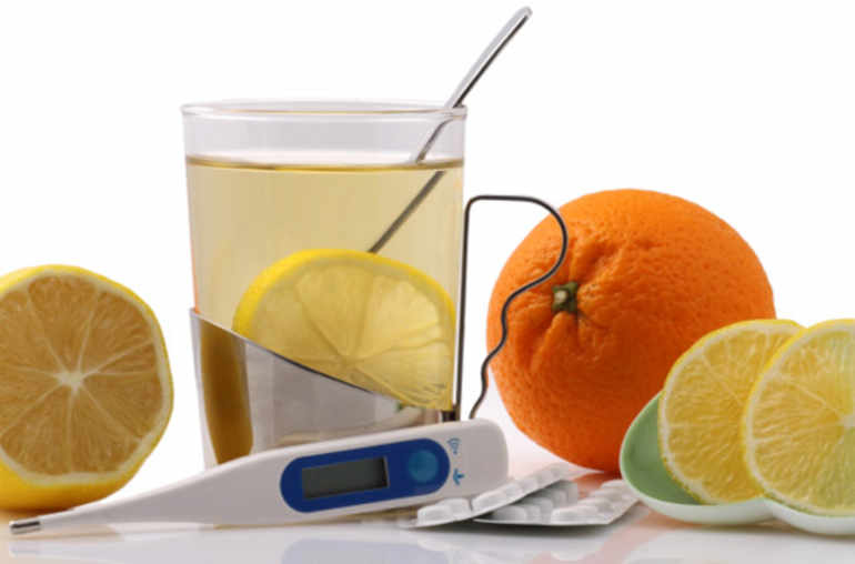 Infusion, citron, orange, thermomètre et médicaments