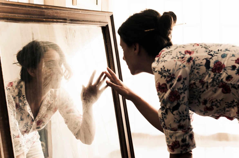 L 39 homme qui voyait son sosie dans le miroir planete sante for Maladie du miroir